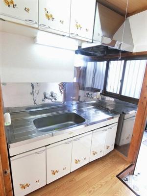 ガスコンロ設置可能のキッチンです☆ご自身でお好きなタイプのガスコンロをご用意いただけます!窓があるので換気もOK♪