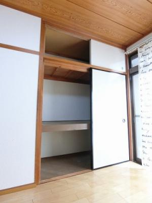 洋室6帖のお部屋にある収納スペースです!かさ張りやすい寝具や大きな荷物などが収納できて便利♪
