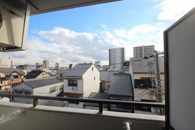 住宅街になるマンションなので、周りには高い建物がなく、日当たりのいいのがわかりますね!ご近所の方とも仲良くなれそうですね☆