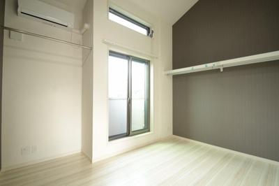 大きな窓があり、明るいお部屋の6.5帖の洋室です。
