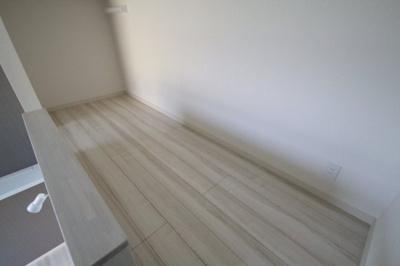 ロフト付きでオシャレな洋室となっております。