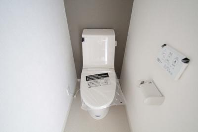 ウォシュレット付きの清潔感のあるトイレです。