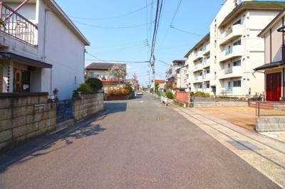 前道が6mある完成な住宅街です。間口も7.2mあり駐車もラクラク、運転が苦手な方でも安心です。