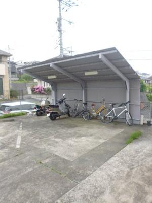 屋根付きの駐輪場で雨が降っても大切な自転車が濡れなくてすみますね♪自転車やバイクがあれば通勤・通学、お買い物にも便利です!