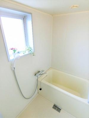清潔感のある浴室です♪ゆったりお風呂に浸かって一日の疲れもすっきりリフレッシュ☆小窓があるので湿気がこもりにくくて良いですね!