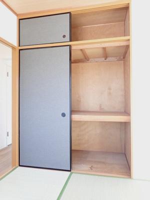 和室6帖のお部屋にある天袋付き押入れです!押入れは寝具など、かさ張りやすいものの収納にぴったり☆お部屋すっきり片付きます♪
