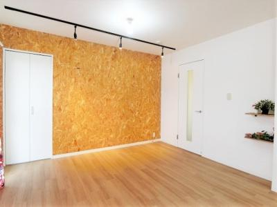 クローゼットのある12.7帖リビングダイニングキッチンです♪オシャレなクロス・間接照明が魅力的なお部屋です☆