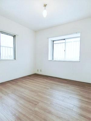 角部屋二面採光洋室6帖のお部屋です!子供部屋としておすすめです!勉強も捗りそう!出窓には写真や小物を飾れるので、お部屋が華やぎますね☆