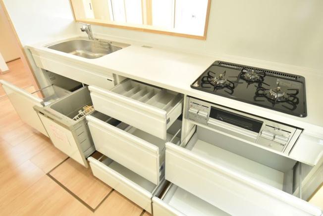 食器洗浄乾燥機付で忙しい家事をサポート!時間と水の節約に貢献します。足元も引き出し収納があるので収納力もバッチリ♪