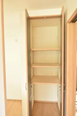 キッチン横の食品庫は高さの変えられる棚付きで収納に便利と好評です♪