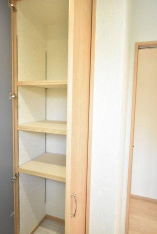 洗面脱衣室にも収納スペースがあるので着替えやストック品などを置いておくのに便利です♪
