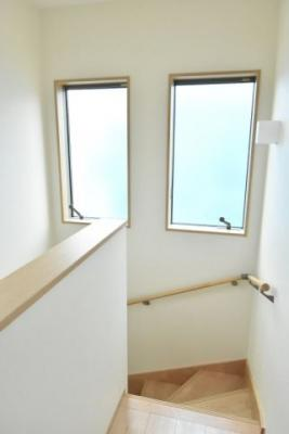 階段室の窓は大きく、明るく風通しもよいです♪