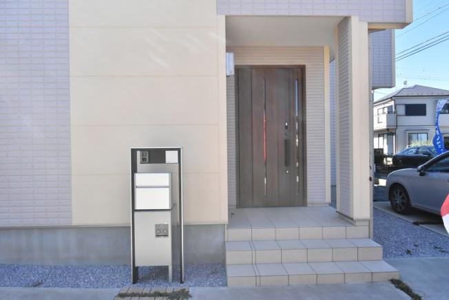 屋根付きの広い玄関ポーチは雨の日でも濡れずに鍵の開け閉めラクラク♪カードキー付きの断熱玄関ドアは親子タイプで開口も広く重厚感があります。