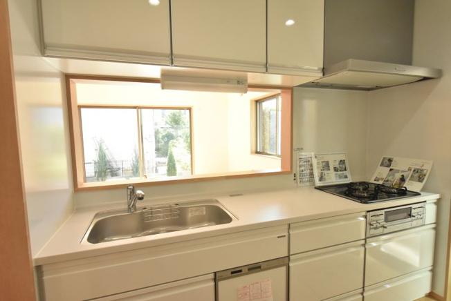 タカラの高品位ホーローシステムキッチンを採用。キッチンパネルはもちろん、引き出しや扉もホーロー製で油汚れやキズ・湿気に強くお手入れもラクラク♪マグネットも使えるので便利です。