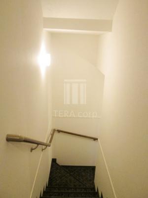 お洒落な共用階段で気分も弾みます♪