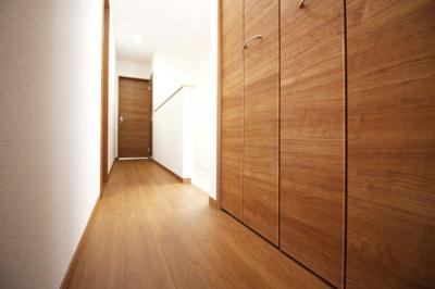 2階の廊下にもしっかりとした収納が完備されています。収納がたくさんあると助かります。