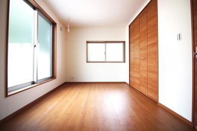 《洋室7.5帖》バルコニーのあるお部屋です。クローゼットも大容量で明るいお部屋です。