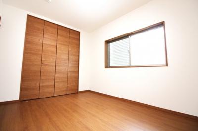 《洋室6帖①》全てのお部屋が南向きで南側に窓があります。陽当りは良好です。クローゼットも大容量です!