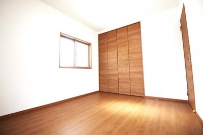 《洋室6帖②》こちらのお部屋は2面採光で明るく、もちろんクローゼットもちゃんとあります。