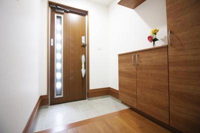 玄関には《シューズボックス》が設置されています。広くて余裕のある玄関ですね。
