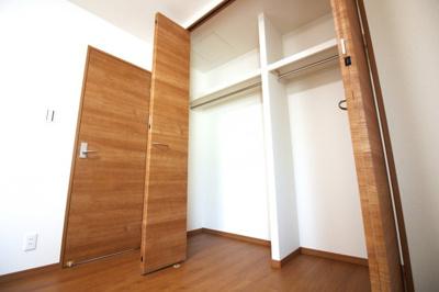 《洋室6帖①》どのお部屋にも収納が完備されており、荷物が片付いてお部屋が広く使えますね。