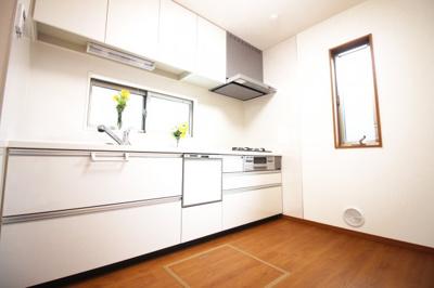 食器洗浄乾燥機は環境にも奥様の手にも優しい設備です。システムキッチンは収納もたっぷりでスッキリとしたキッチンスペースになります。