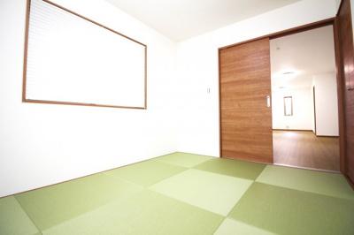 《和室6帖》リビングの続きに和室があります。扉を開放すれば、24帖の広々としたスペースが広がります。