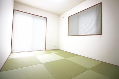 琉球畳でおしゃれな和室は2面採光で収納も完備されています。