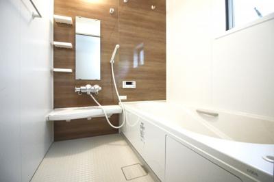 《浴室暖房乾燥機》は、雨の日のお洗濯もその日のうちに乾かせます。寒い季節でも浴室を暖められるのでヒートショックの予防にもなり安心ですね。