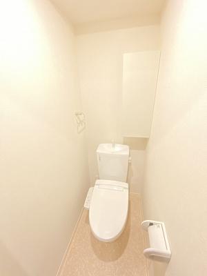 人気のシャワートイレ・バストイレ別!小物を置ける便利な棚やタオルハンガーも付いています☆