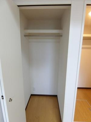 洋室6帖のお部屋にあるクローゼットです♪お気に入りのお洋服もすっきり収納できます♪クローゼットが2ヶ所あるのが便利ですよね!