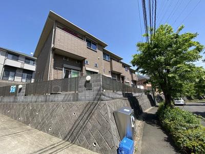 小田急多摩線「栗平」駅より徒歩9分!閑静な住宅地にある2階建てアパートです♪通勤通学はもちろん、お買い物やお出かけにもGood☆