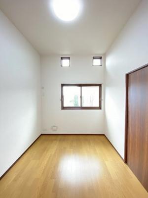 南西向き洋室6帖のお部屋です☆子供部屋や書斎・寝室など多用途に使えそう!フローリングなのでお手入れラクラク~♪