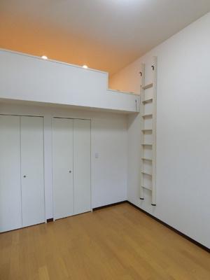ロフトスペース・ウォークインクローゼット・クローゼットのある洋室6帖のお部屋です!お洋服や荷物の多い方もお部屋が片付いて快適に過ごせますね♪