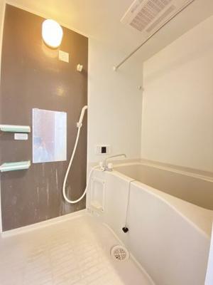 追焚機能・浴室暖房乾燥機付きバスルームです♪物干しバーも付いているので雨の日のお洗濯も安心ですね☆ゆったりバスタイムでリラックス◎