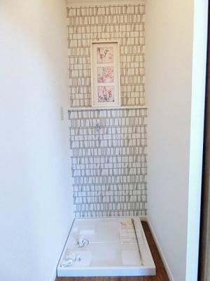 浴室前にある室内洗濯機置き場です♪防水パンが付いているので万が一の漏水にも安心です!室内に置けるので洗濯機が傷みにくいですね☆