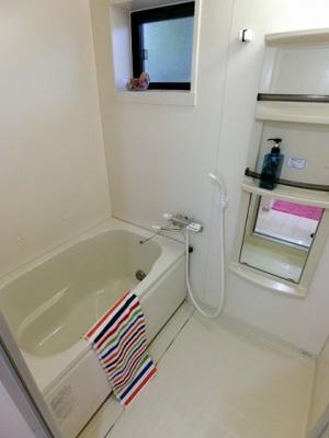 追い焚き機能付きのバスルーム♪家族の入浴時間がずれても温められるから節約になります!小窓があるので湿気がこもりにくくて良いですね☆