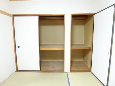和室6帖のお部屋にある押入れ(左)と収納スペース(右)です!押入れは寝具など、かさ張りやすいものの収納にぴったり☆お部屋すっきり片付きます♪
