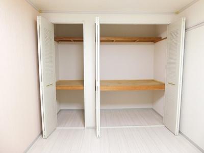 洋室6帖のお部屋にある収納スペースです!奥行きのある収納スペースで荷物の多い方も安心☆2ヶ所あるのが便利ですよね♪