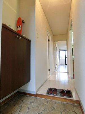 シューズボックス付きで玄関すっきり片付きます!お客様もスムーズにお出迎えできますね♪上に写真やかわいい小物を置けるので、玄関を華やかに飾れます☆