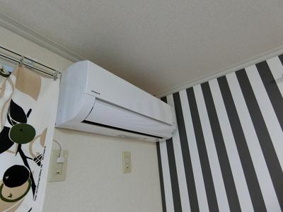 暑い夏や寒い冬に大活躍!ダイニングキッチンにあるエアコンです☆冷暖房完備で1年中快適に過ごせます♪