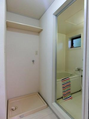 バスルーム横にある室内洗濯機置き場です♪防水パンが付いているので万が一の漏水にも安心です!上部には便利な収納棚付き♪