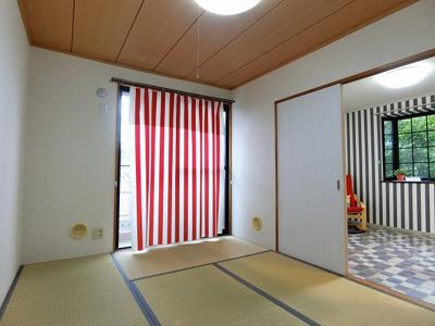 バルコニーに繋がる南東向き6帖の陽当たりの良い和室です!赤ちゃんのごろごろやハイハイはやっぱり和室がよかったりします♪