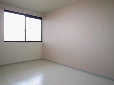 玄関側にある洋室6帖のお部屋です!ベッドを置いて寝室にするのもいいですね♪壁紙はペールピンクのアクセントクロス☆