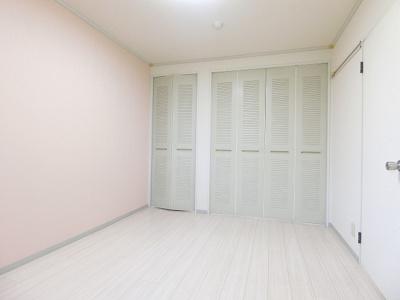 収納スペースのある洋室6帖のお部屋です!荷物をたっぷり収納できてお部屋すっきり片付きます◎