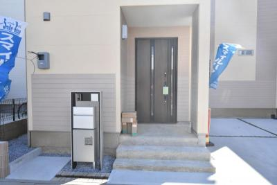 LIXILの断熱玄関ドア「ジエスタ2」親子ドアタイプ、カードキー付です!玄関ポーチが広いので、雨の日でも鍵の開け閉めラクラク♪ポストは宅配ボックス付なので、留守でも宅配便を受け取れて便利です♪