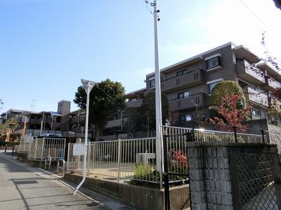 【現地写真】 鉄骨造の3階建♪最上階です♪ 陽当たりの、良いマンションとなっております♪