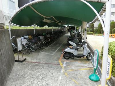 【現地写真】敷地内には公園もあります♪バイク置場・駐輪場です♪