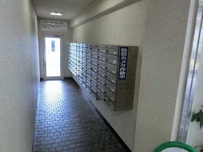 【現地写真】 郵便BOXも中にあり、雨にも濡れません♪ 防犯カメラもあり、安心ですね♪