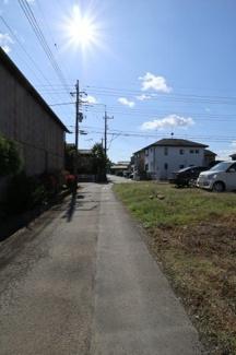 南東側の道路を北側から撮影。2019年11月04日 11:00頃。